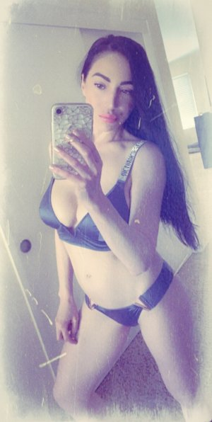 Melouka call girl in Lawrence Indiana